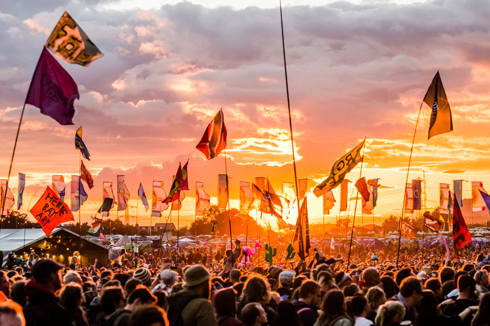 glastonbury-festival-sunset-crowd